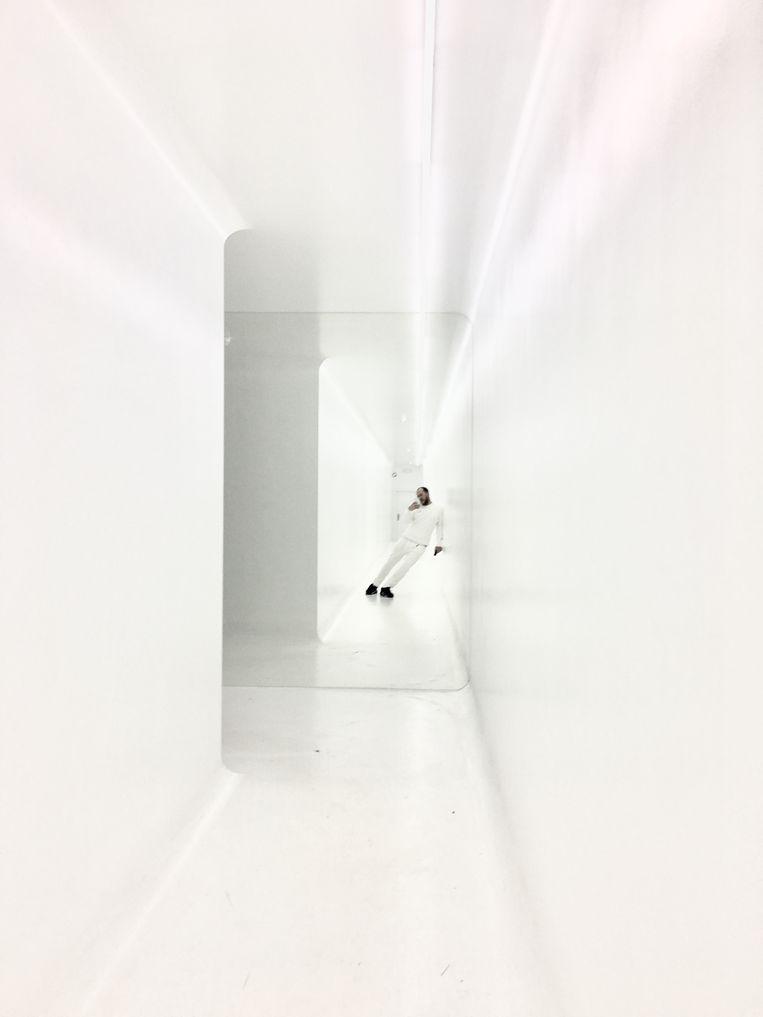 Pierre Debusschere maakt een selfie in de lange witte inkomhal.  Beeld Ringo Gomez Jorge
