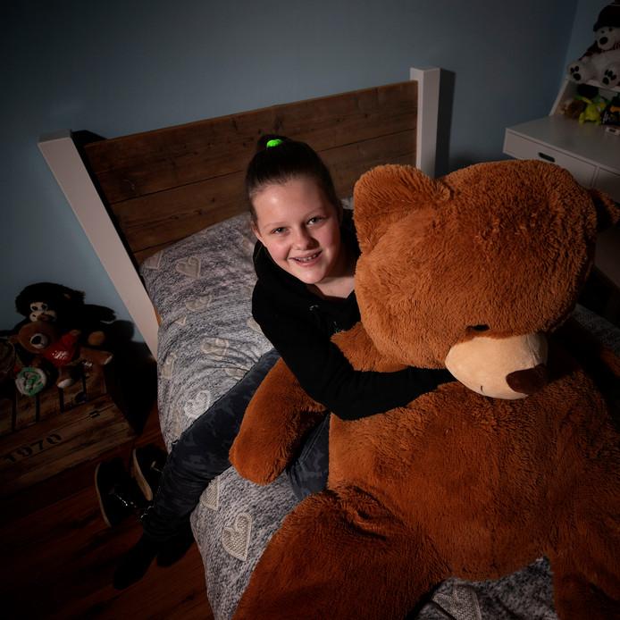 Lisa met een van haar favoriete knuffels.