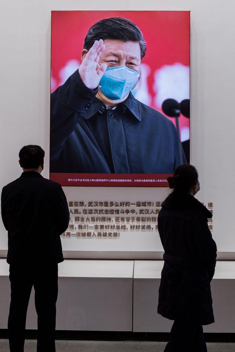 Een poster van president Xi Jinping, januari 2021. De Chinese overheid heeft de afgelopen maanden een grote propagandacampagne gevoerd met verhalen over de heroïsche overwinning op het virus.  Beeld AFP