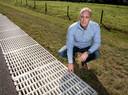 Eric de Vries van 4Silence bij zijn uitvinding om geluid van wegen te reduceren.