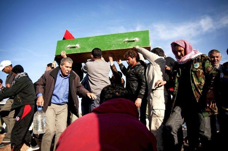 Familieleden van een omgekomen opstandeling bij zijn begrafenis in Benghazi. Beeld epa