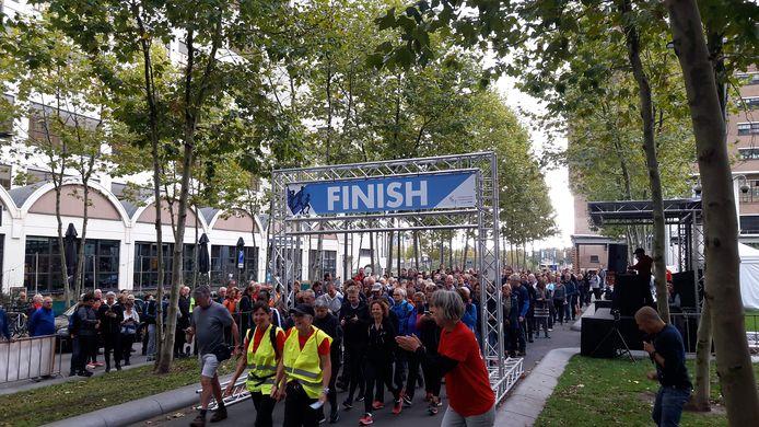 De start van de 20 kilometer-wandeltocht van Marathon Eindhoven op de Torenallee in Eindhoven.
