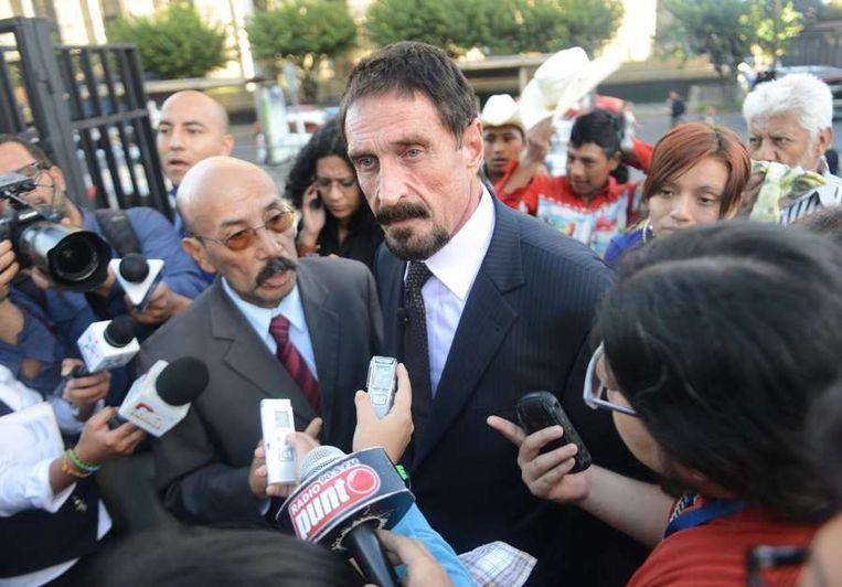 John McAfee dinsdag in Guatemala. Links zijn advocaat, Telesforo Guerra. Beeld afp