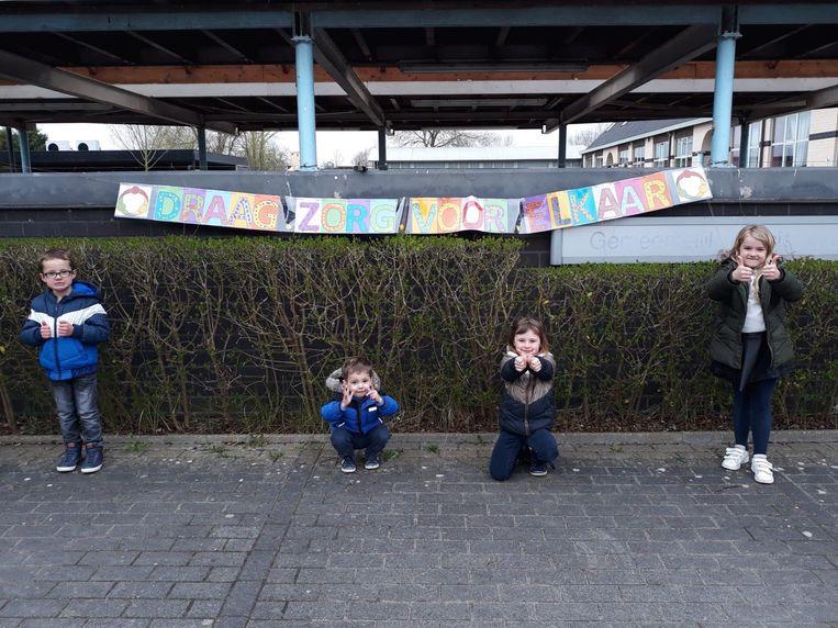 """Kinderen Gilo Balegem hebben mooie boodschap: """"Draag zorg voor elkaar""""."""