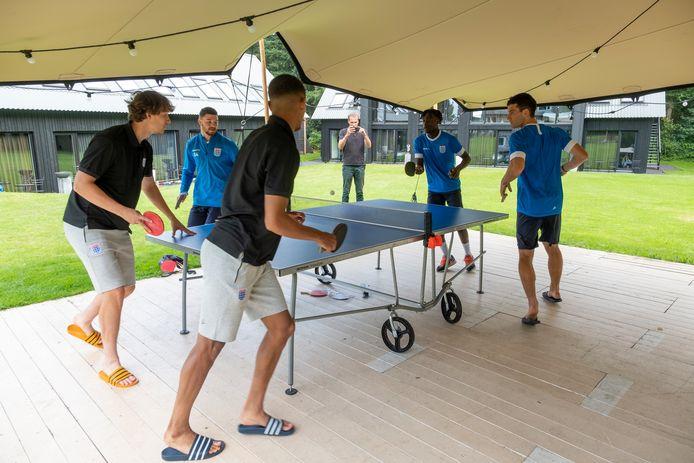 De spelers van PEC Zwolle vermaken zich aan de pingpongtafel.
