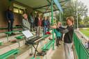 Zingen? Tuurlijk doen we dat gewoon op de voetbaltribune. Op die van VV Heino, aldus het Heino's Mannenkoor.