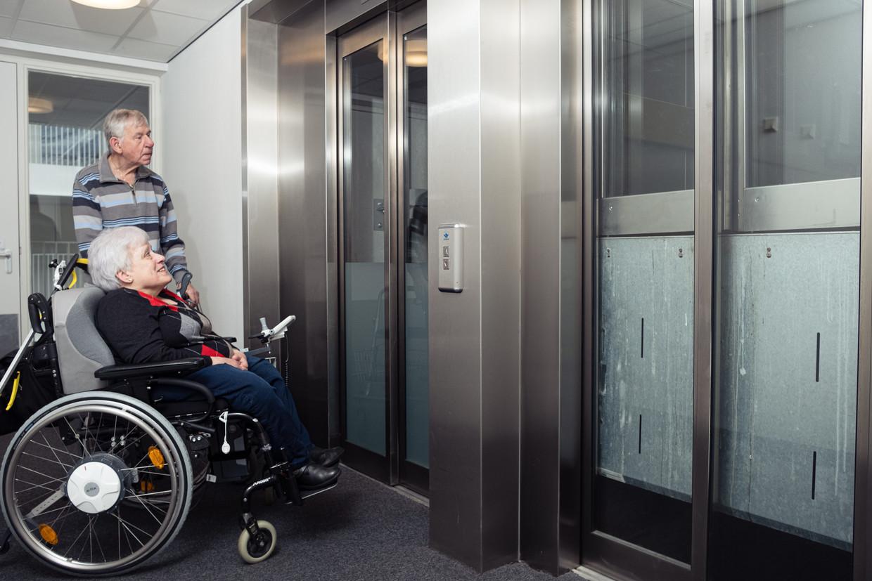 In de rolstoel zit Marijke Kalf te wachten op de lift.
