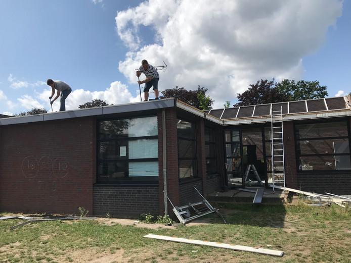 De sloop van de oude leslokalen in Milheeze is begonnen.