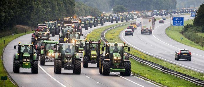 Drentse boeren blokkeren met hun trekkers de snelweg A28 tussen Hoogeveen en Meppel.