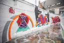 De straatkunstenaar Plur spoot een roos, Duper spoot de letters samen met Avoid en Rick Molyneux de gedeconstrueerde kreeft erachter.
