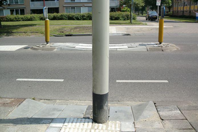 Op de Jan Vermeerlaan in Roosendaal is een voetgangersoversteek gemaakt op een onmogelijke plek, omdat een lichtmast in de weg staat.