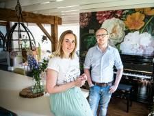 De bruiloft van Marjolein en Kim kostte 17.000 euro: 'Gasten gevraagd om zelf alcohol mee te nemen'