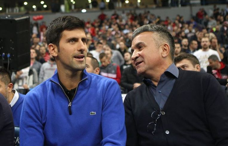 Novak naast zijn vader Srdjan Djokovic.