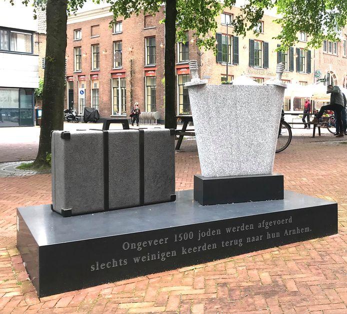 Het Joods monument bij de Eusebiuskerk in Arnhem. Onaangeroerd in het weekeinde waarin in Nederland overal pro-Palestijnse acties plaatsvinden en monumenten werden beklad.