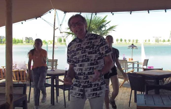 Ron van Hoof in videoclip 'Zin in de zomer'