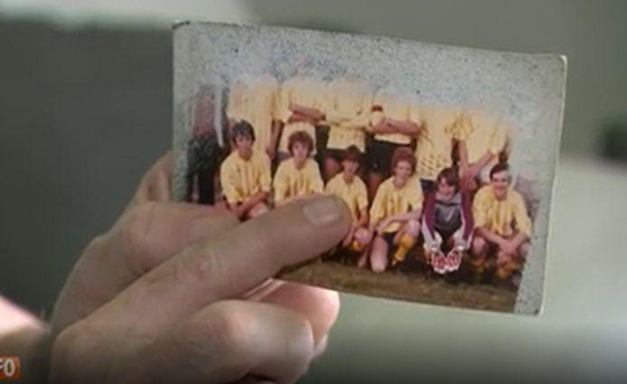 Pascal se montre du doigt sur la photo de son équipe de football.