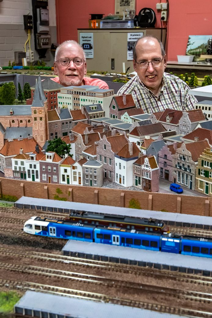 Het Bergkwartier op schaal is bijna af. Eef Janse en Ernest van Voorst tot Voorst zijn vaak in de loods van de Modelspoorclub te vinden.