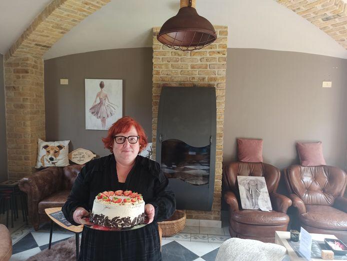 Uitbaatster Claudia Quintyn (54) baat haar eigen tea-room uit in haar eigen woonkamer.