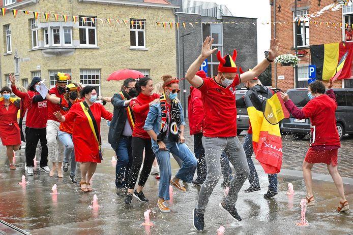 Ondanks de gietende regen kregen de personeelsleden van de gemeente de polonaise op de Marktplaats in gang.
