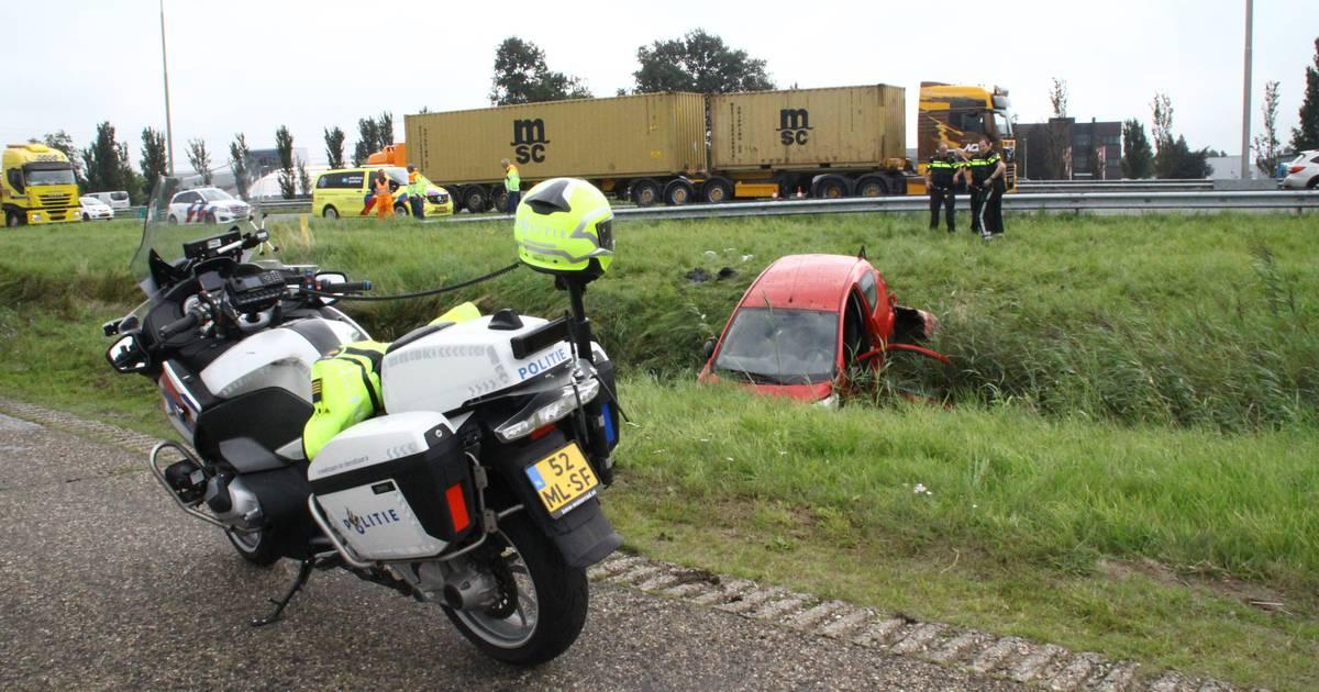 Ernstig ongeval op A28 bij Zwolle, auto op de kop in de sloot beland.
