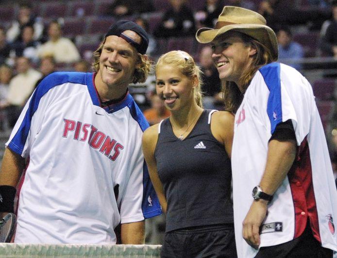 Anna Kournikova avec Luke Jensen et son frère Murphy lors d'un match exhibition en 2001 dans le Michigan. Les frères ont remporté Roland Garros en double en 1993.