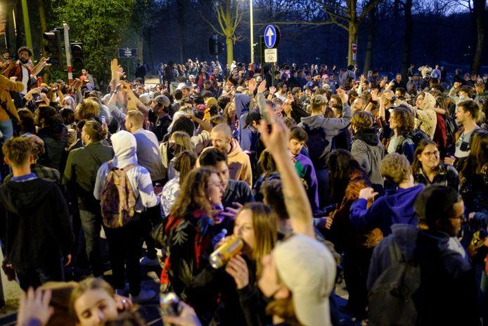 Jongeren tijdens La Boum in het Ter Kamerenbos in Brussel.