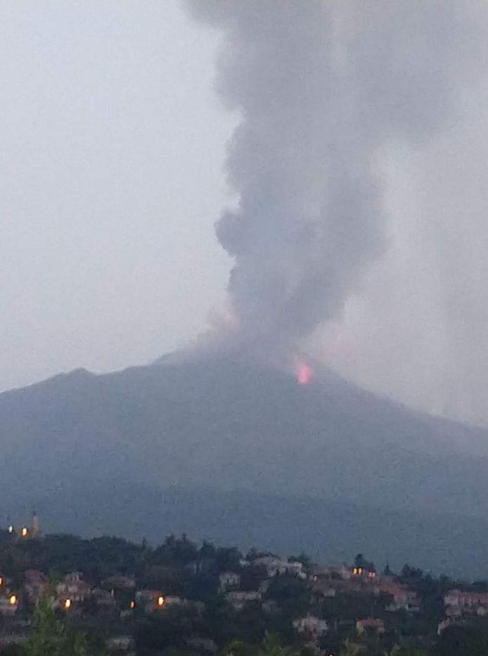 De vulkaan Etna op het Italiaanse eiland Sicilië spuwt rook en as.