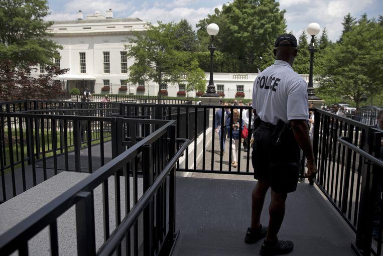 Een lid van de Secret Service bewaakt de West Wing van het Witte Huis.