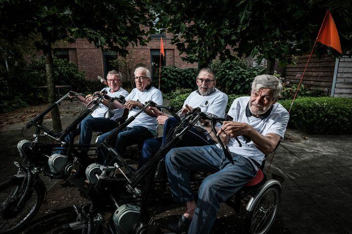Bewoners van de Parkinson Unit van Liemerije Zevenaar fietsen 50 kilometer voor Parkinson on Tour. Van links naar rechts: Mike Haveling, Luc Stokman, Henk Klinkenberg en Gert Oosterveen.