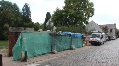 Sociale werkplaats 3Wplus knapt beschermde parochiemuur Dworp op