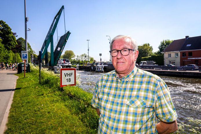 Michel Vanderostyne, alias de 'burgemeester van Steenbrugge', aan de Steenbruggebrug.