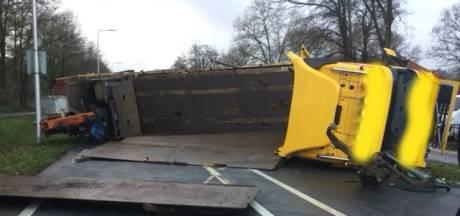 Vrachtwagen kantelt, N224 bij Renswoude uren dicht