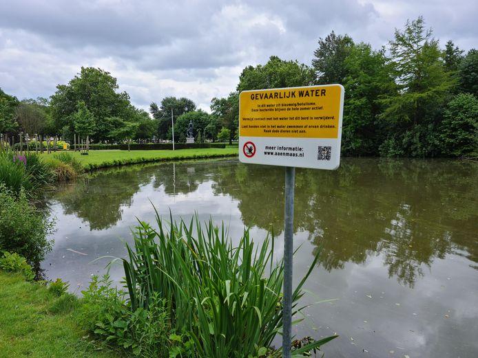 Waarschuwing voor blauwalg in de vijver in het Hortensiapark in Helmond-Oost.