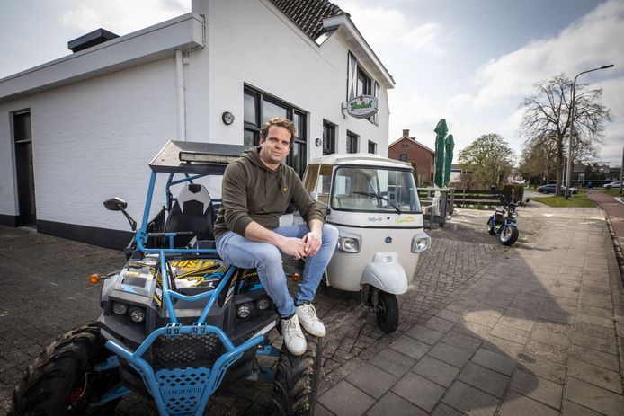Roderik Kolfoort met enkele voertuigen die hij verhuurt.