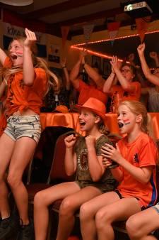 In Boxmeer kijk je voetbal in het oranje Kika van Escafé