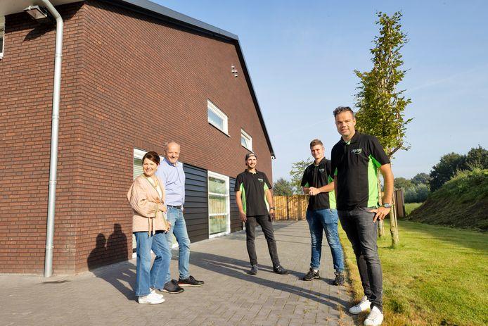 De familie van Gerven en twee Poolse werknemers bij de nieuwe groepsaccommodatie op het erf van het Oirschotse aspergebedrijf. Vlnr: Sandra en Jan van Gerven, Mateusz, Michael en Willem van Gerven.