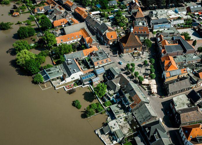 Dronefoto van het hoge water van de Maas bij het geevacueerde Arcen.