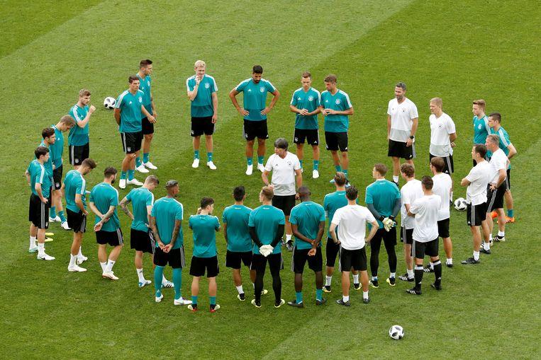 Löw spreekt zijn manschappen toe op het teleurstellende WK van 2018.  Beeld REUTERS