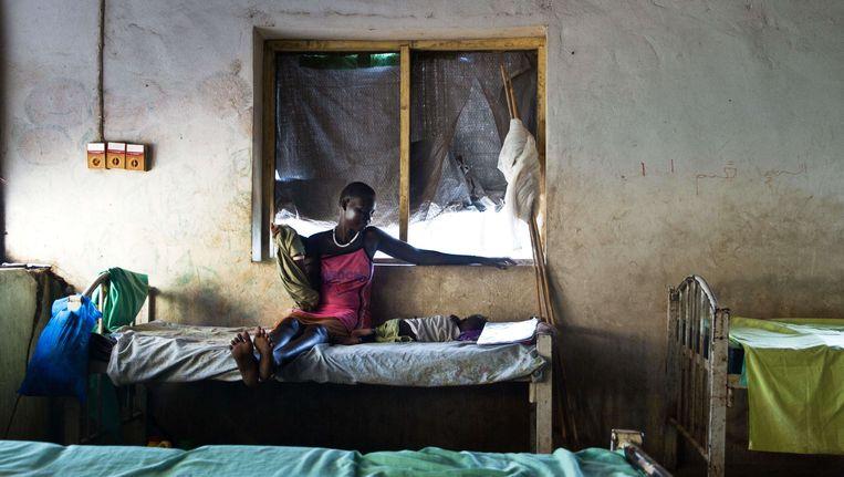 Een moeder kijkt in een ziekenhuis in het Zuid-Soedanese Malakal toe op haar kind dat lijdt aan malaria. Beeld afp
