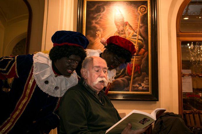 Herman Cole leest enkele Zwarte Pieten voor uit zijn nieuwe boek 'De Zaak van Sinterklaas'.