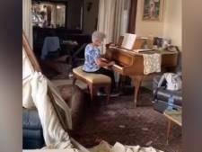 """Une vieille dame interprète """"Ce n'est qu'un au revoir"""" dans son appartement dévasté"""