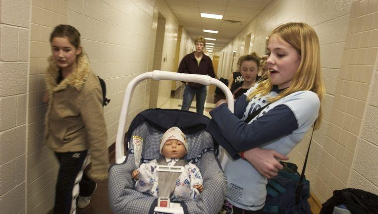 Een Amerikaanse meisje met een surrogaatbaby. Ze doet mee aan het programma `Baby Think It Over'. Beeld Hollandse Hoogte