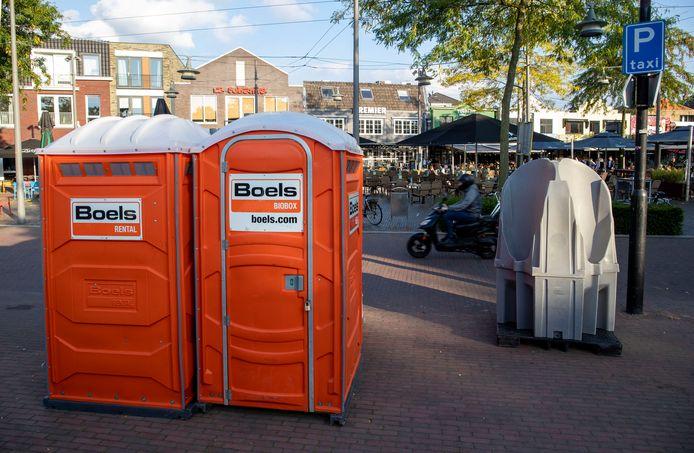 In Ede staan ze sinds vrijdag op het uitgaansplein: twee dixi's zodat terrasbezoekers zonder QR-code ook naar de wc kunnen.