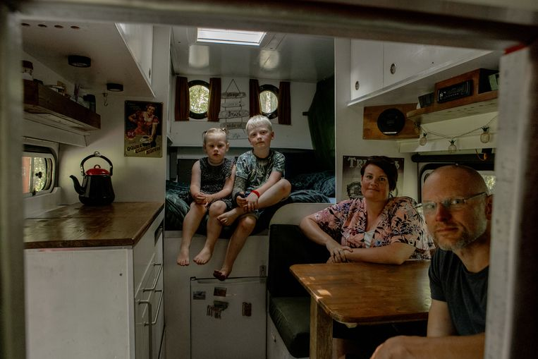 Het gezin Van Wijngaarden in hun voormalige brandweerauto. Beeld Desiré van den Berg