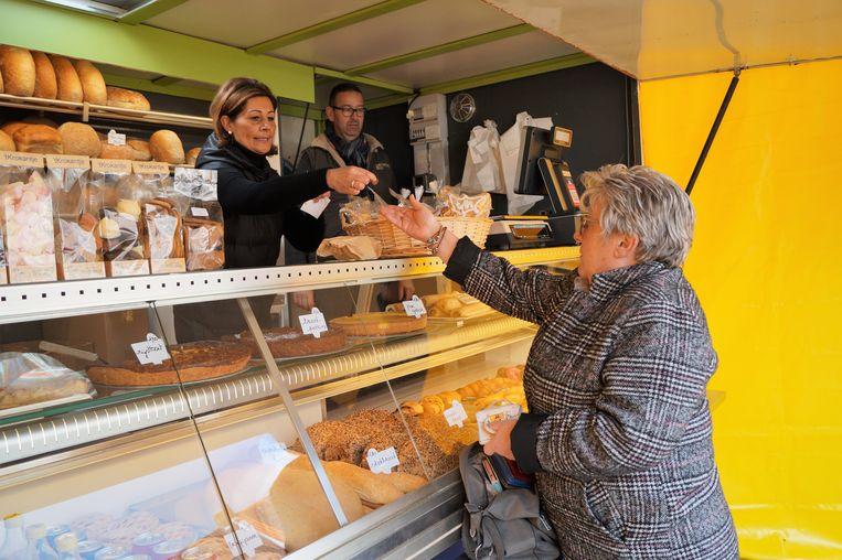 't Krokantje heeft tijdelijk een nieuwe uitvalsbasis op de markt van Hooglede. Helga Verfaillie is in elk geval tevreden dat ze haar favoriete bakker niet hoeft te missen.