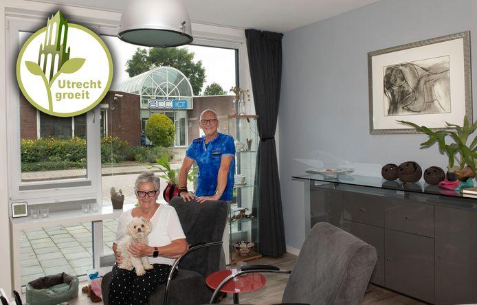 Jannie en Adrie van der Veer wonen op het voormalige bedrijventerrein Plettenburg-West in Nieuwegein. Ze kijken door één van hun ramen uit op het bedrijf aan de overkant.