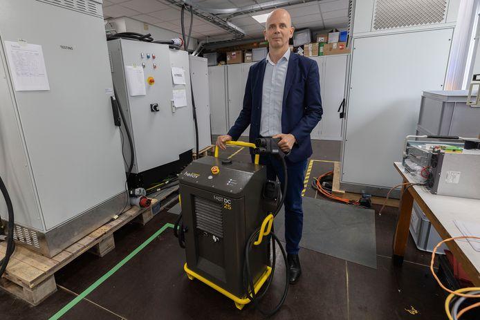 Directeur Michael Colijn demonstreert een mobiele snellader in de bedrijfsruimte van Heliox in Best.