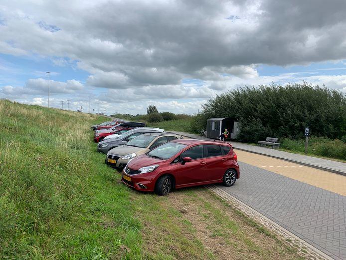 Normaal gesproken is de busstrook bij Kinderdijk het domein van touringcars. Omdat die er nu niet zijn, mogen er voorlopig auto's geparkeerd worden.
