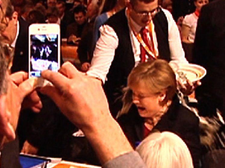 Het moment waarop Merkel bier op zich kreeg
