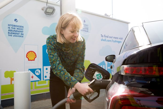 Waterstof tanken bij Shell in het Verenigd Koninkrijk. Shell zal snel duurzame alternatieven voor benzine en diesel moeten bieden.